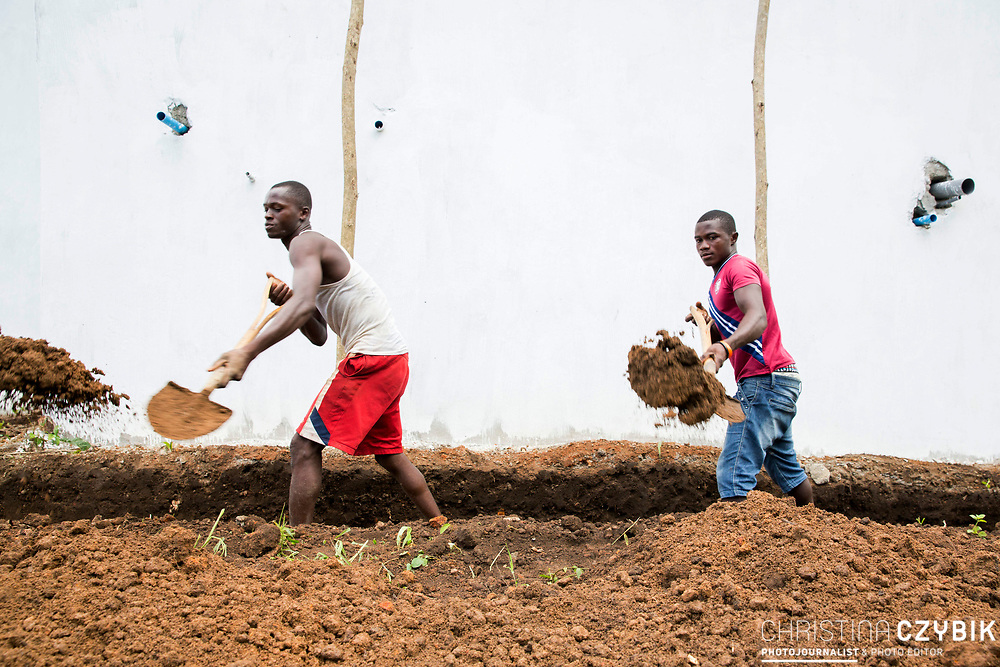 Workmen are busy on the construction site of the extension of the maternity complex in Kunsho Community near the town of Makeni (July 18, 2016).<br /> <br /> This facility is supported The Project Infection Prevention and Control (IFC) and Screening in Primary Health Care Facilities in Sierra Leone.<br /> <br /> The building of the new extension building of the maternity complex is a project by UNICEF and funded by the European Union.<br /> <br /> The MDG Initiative in Sierra Leone - Bridging the gaps to attain MDG 4 and 5:<br /> The desired impact of the program is to contribute to the reduction of the mortality and morbidity of children under 5, infants, newborn and pregnant women in the next three years.