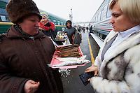 Russie, Oudmourtie, Balezino, 23 minutes d'arret, gare ferroviaire, Station du transsiberien, vendeur de poisson // Russia, Udmurtia, Balezino, 23 minutes stop, railway station, Trans-Siberian line, fish seller