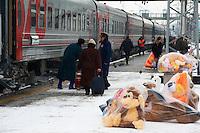 Russie, oblast de Kirov, Kirov, 25 minutes d'arret, gare ferroviaire, Station du transsiberien, vendeur de poupée, spécialité de Kirov // Russia, kirov Oblast, Kirov, 25 minutes stop, railway station, Trans-Siberian line, Doll seller