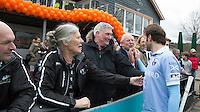 BLOEMENDAAL - HOCKEY- Rogier Hofman  bedankt de Bloemendaal supporters Kessing, Joof Verhees en Hendrik Goeman Borgesius   na de kwartfinale van de EHL (Euro Hockey League) wedstrijd tussen de mannen van Bloemendaal  en KHC Dragons (Belgie)) (4-3). rechts Simon Gougnard. FOTO KOEN SUYK