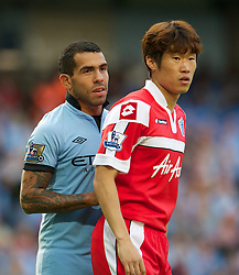 01.09.2012, Etihad Stadion, Manchester, ENG, Premier League, Manchester City vs Queens Park Rangers, 2. Runde, im Bild Manchester City's Carlos Tevez and Queens Park Rangers' Ji-Sung Park during the English Premier League 2nd round match between Manchester City and Queens Park Rangers at the Etihad Stadium, Manchester, Great Britain on 2012/09/01. EXPA Pictures © 2012, PhotoCredit: EXPA/ Propagandaphoto/ David Rawcliff..***** ATTENTION - OUT OF ENG, GBR, UK *****