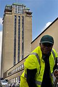 Gent, Belgie, Mar 16, 2009, De Boekentoren, Universiteitsbibliotheek gebouwt door Henry Van de Velde, Straatwerker van de Stad Gent in de schaduw van het gebouw,©Christophe VANDER EECKEN