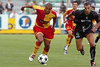 Fotball<br /> Frankrike 2004/05<br /> Treningskamp<br /> Lens v Saint Etienne<br /> 9. juli 2004<br /> Foto: Digitalsport<br /> NORWAY ONLY<br /> DANIEL COUSIN (LENS) / VINCENT HOGNON (ST-E)