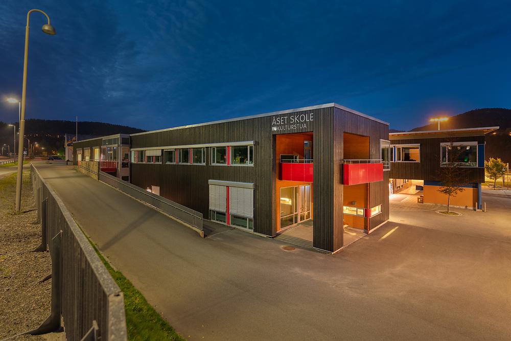 Åset er en grunnskole som ligger i sentrum av Åfjord, og er kommunens største skole.
