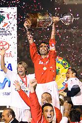 O capitão do Internacional ergue a taça da Copa Libertadores da América 2006 para comemorar o título desta temporada após empatar com o São Paulo (SP) na segunda partida da final que foi realizada no Estádio Beira Rio, em Porto Alegre. FOTO: Jefferson Bernardes/Preview.com