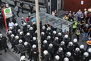 """G20-Gipfel: Demo, """"Welcome to Hell"""", Hamburg, 06.07.2017<br /> """"Polizisten warten auf den Bus""""<br /> © Torsten Helmke"""