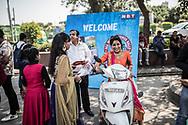 """Mars 2019. Inde. New delhi. Les Bikerni, premier club de motocyclisme féminin indien, embarquent chaque week-end pour des chevauchées sur des deux-roues mythiques à l'assaut des routes du pays. Au-delà des sensations fortes, les motardes revendiquent leur droit à l'aventure, à l'insouciance et à l'autonomie. Un vrai défi dans une société patriarcale qui entrave encore leurs libertés. Rassemblement dans le cadre de la journée internationale du droit des femmes du 8 mars """"All women power rallye"""" dédié aux femmes qui roulent en deux roues."""