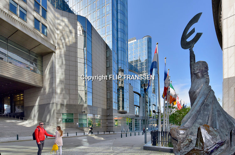Belgie, Brussel, 14-10-2019 Het gebouw van het Europees parlement aan de rue Belliard en Place Luxembourg  in de europese wijk .. Personeel gaat naar huis op het einde van de werkdag. Het standbeeld van de Griekse godin, vrouwe Europa met het latere symbool voor de euro in haar hand.Foto: Flip Franssen