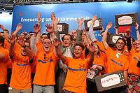 """02 JUN 2002, BERLIN/GERMANY:<br /> Franz Muentefering, SPD, Generalsekretaer, und Junge Teams, Wahlkampfhelfern der SPD, mit dem Slogan """"Auf das Programm kommt es an"""", vor Beginn des SPD Wahlparteitages 2002, Estrell Hotel<br /> IMAGE: 20020602-01-001<br /> KEYWORDS: Parteitag, party congress, Wahlparteitag 2002, Wahlkampfhelfer, Jugendliche, Jugend, youth"""