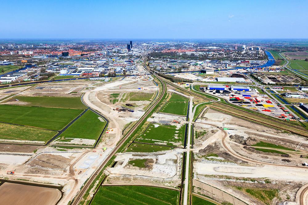 Nederland, Friesland, Leeuwarden, 01-05-2013; aanleg N31 de Haak om Leeuwarden. Nieuwe spoorkruising en aansluiting lokale wegen, bedrijventerrein Newtonpark. Leeuwarden in de achtergrond..De nieuwe rijksweg vormt de verbinding tussen de huidige A31 bij Marsum en de N31 bij Hemriksein (Wâldwei)..Construction site of new motorway junction of the N31 near Leeuwarden(back), crossing the railway, connects business park(r)..luchtfoto (toeslag op standard tarieven).aerial photo (additional fee required).copyright foto/photo Siebe Swart