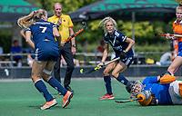 AMSTELVEEN - Maria Steensma (Pinoke) stuit met Sian Keil (Pinoke) op keeper Diana Beemster (Bldaal)  tijdens de oefenwedstrijd tussen de dames van Bloemendaal en Pinoke   ter voorbereiding van het hoofdklasse hockeyseizoen 2020-2021.  COPYRIGHT KOEN SUYK