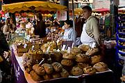 Londyn, 2009-03-06. Stoisko z pieczywem na targu żywność Brought Market,