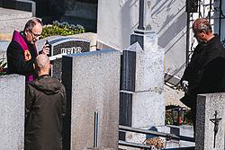 THEMENBILD - eine Beerdigung mit wenigen Teilnehmern und ausreichend Abstand in Folge des Coronavirus-Ausbruchs in Oesterreich, aufgenommen am 01.03.2020, Klosterneuburg, Oesterreich // a funeral with few participants and sufficient distance as a result of the coronavirus outbreak in Austria, Klosterneuburg, Austria on 2020/04/01. EXPA Pictures © 2020, PhotoCredit: EXPA/ Florian Schroetter
