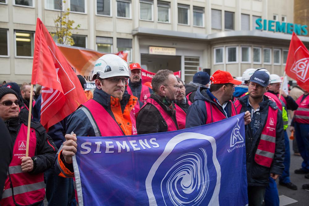 Berlin, Germany - 20.11.2017<br /> <br /> Protest against job cut at the Siemens gas turbine factory in Berlin. <br /> <br /> <br /> IG-Metall Protest vor dem Siemens Gasturbinenwerk in Berlin gegen den geplanten Arbeitsplatzabbau. Auch Berlins Regierendem Buergermeister Michael Mueller, beteiligte sich am Protest.<br /> <br /> Photo: Bjoern Kietzmann