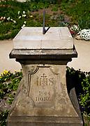 Łańcut, 2009-04-25. Zegar słoneczny w parku krajobrazowym przy Zamku Lubomirskich i Potockich w Łańcucie