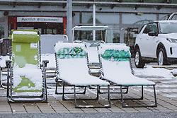 THEMENBILD - Sommerliegestühle vor einem Möbelhaus mit Schnee bedeckt, aufgenommen am 07. April 2021 in Zell am See, Österreich // Summer deckchairs covered with snow in front of a store, Zell am See, Austria on 2021/04/07. EXPA Pictures © 2021, PhotoCredit: EXPA/ JFK
