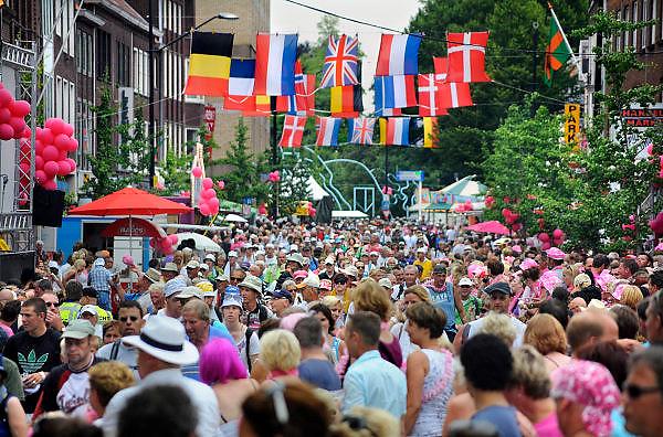 Nederland, Nijmegen, 21-7-2010Deelnemers aan de 4daagse, vierdaagse,  lopen op de tweede dag, de dag van Wijchen, over de voerweg naar de finish op de wedren. Het laatste stuk van het parcours loopt over de Waalkade en door de stad, de Hertogstraat,  waar ook de zomerfeesten plaatsvinden. Traditioneel de roze woensdag.The International Four Day Marches Nijmegen (or Vierdaagse) is the largest marching event in the world. It is organized every year in Nijmegen mid-July as a means of promoting sport and exercise. Participants walk 30, 40 or 50 kilometers daily, and on completion, receive a royally approved medal (Vierdaagsekruis). The maximum number is 45,000 .Foto: Flip Franssen/Hollandse Hoogte
