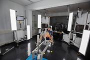 In Delft wordt atleet Jennifer Breet gescand in een 3D scanner om de fiets rond haar te kunnen ontwerpen. In september wil het Human Power Team Delft en Amsterdam, dat bestaat uit studenten van de TU Delft en de VU Amsterdam, tijdens de World Human Powered Speed Challenge in Nevada een poging doen het wereldrecord snelfietsen voor vrouwen te verbreken met de VeloX 9, een gestroomlijnde ligfiets. Het record is met 121,81 km/h sinds 2010 in handen van de Francaise Barbara Buatois. De Canadees Todd Reichert is de snelste man met 144,17 km/h sinds 2016.<br /> <br /> In Delft athlete Jennifer Breet is scanned in 3D to be able to design the bike around her. With the VeloX 9, a special recumbent bike, the Human Power Team Delft and Amsterdam, consisting of students of the TU Delft and the VU Amsterdam, also wants to set a new woman's world record cycling in September at the World Human Powered Speed Challenge in Nevada. The current speed record is 121,81 km/h, set in 2010 by Barbara Buatois. The fastest man is Todd Reichert with 144,17 km/h.