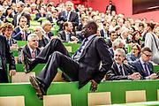 Jerome Powell, Vorsitzender des Federal Reserve Boards zu Besuch in der Uni Zuerich am 6. September 2019. Tidjane Thiam Vorsitzender der Geschäftsleitung der Credit Suisse.macht vor, dass Banker fit und beweglich sein müssen.<br />Photo Siggi Bucher