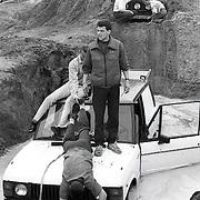 NLD/Huizen/19910518 - Demonstratie van Camel Trophy rijden in Huizen, auto vast in het zand onder water
