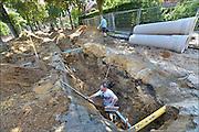 Nederland, Nijmegen, 30-6-2015een Archeoloog onderzoekt de sleuf waarin de nieuwe riolering van de Corduwenerstraat komt te liggen.Foto: Flip Franssen