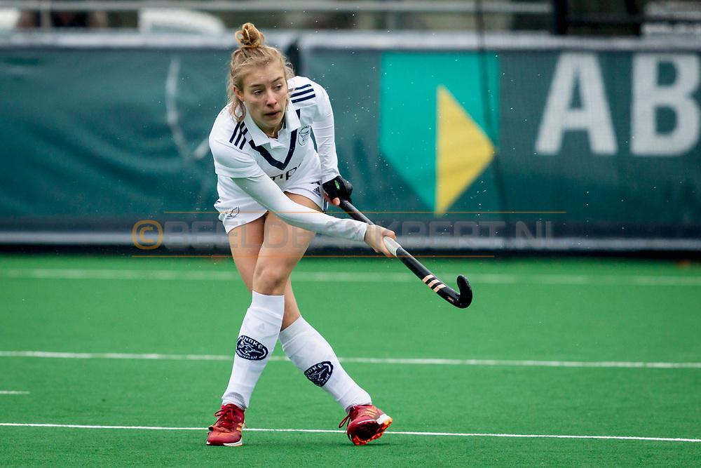 LAREN -  Hockey Hoofdklasse Dames: Laren v Pinoké, seizoen 2020-2021. Foto: Anouk Stam (Pinoké) met blote benen in de ijzige kou