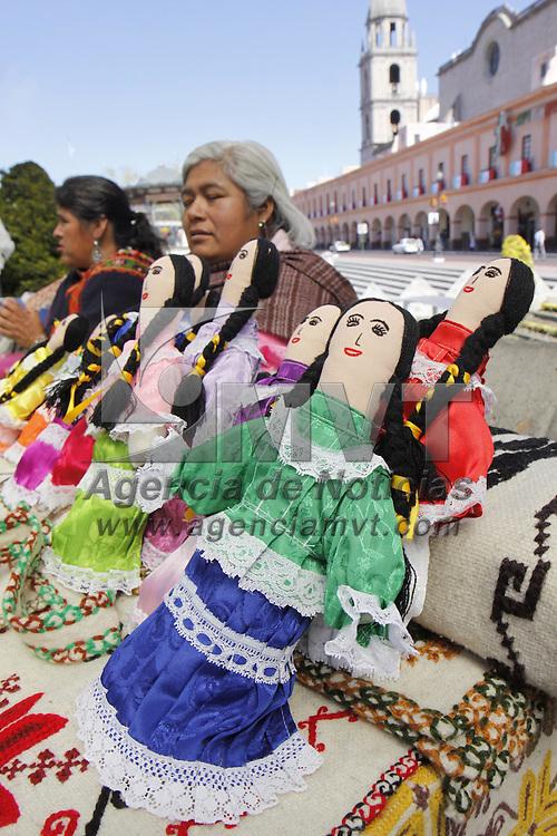 TOLUCA, México.- La Plaza González Arratia alberga una muestra artesanal de bordados, tejidos y platería realizado por mujeres mazahuas. Agencia MVT / Crisanta Espinosa. (DIGITAL)