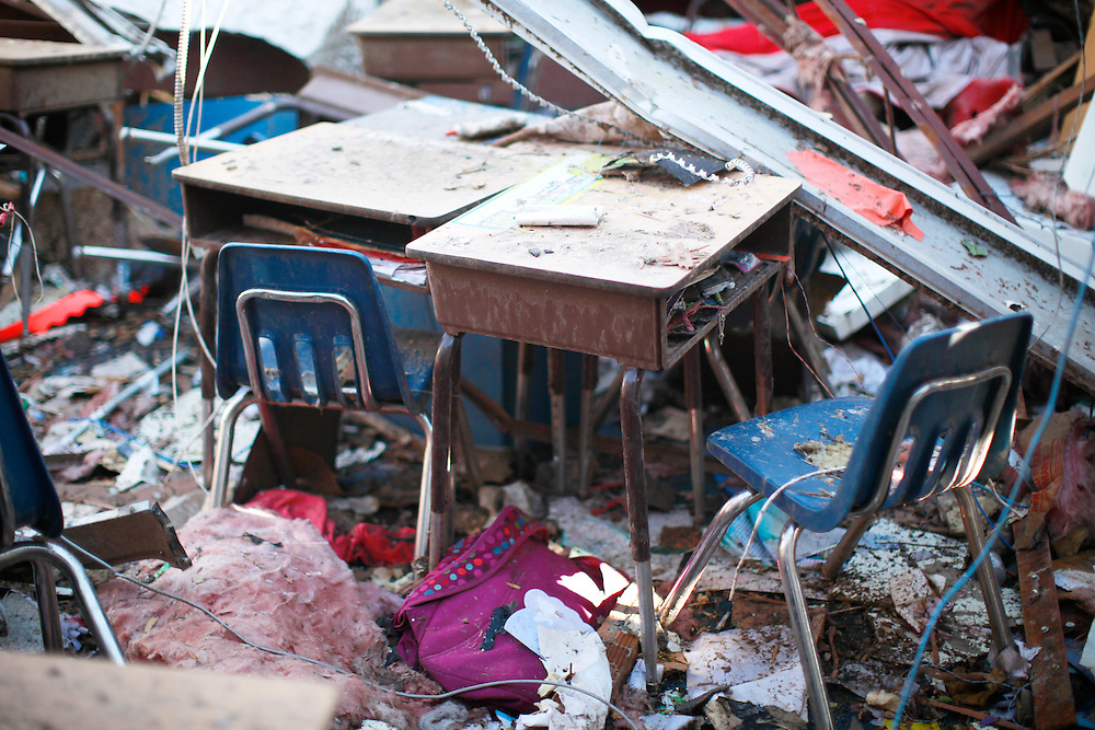 Desks for students sit with the roof collapsed on them in a tornado-damaged Briarwood elementary school classroom in Oklahoma City, Oklahoma May 22, 2013.  No students were killed at this school. Rescue workers with sniffer dogs picked through the ruins on Wednesday to ensure no survivors remained buried after a deadly tornado left thousands homeless and trying to salvage what was left of their belongings.  REUTERS/Rick Wilking (UNITED STATES)