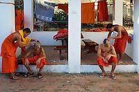 Laos, Province de Luang Prabang, ville de Luang Prabang, Patrimoine mondial de l'UNESCO depuis 1995, les moines novices se rasent le crane // Laos, Province of Luang Prabang, city of Luang Prabang, World heritage of UNESCO since 1995, novice monk having their heads shaved