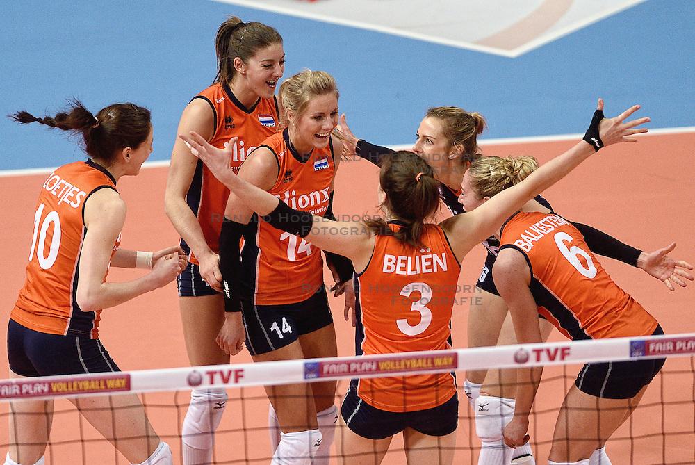 08-01-2016 TUR: European Olympic Qualification Tournament Nederland - Italie, Ankara<br /> De volleybaldames hebben op overtuigende wijze de finale van het olympisch kwalificatietoernooi in Ankara bereikt. Italië werd in de halve finales met 3-0 (25-23, 25-21, 25-19) aan de kant gezet / Lonneke Sloetjes #10, Anne Buijs #11, Laura Dijkema #14, Debby Stam-Pilon #16, Yvon Belien #3, Maret Balkestein-Grothues #6