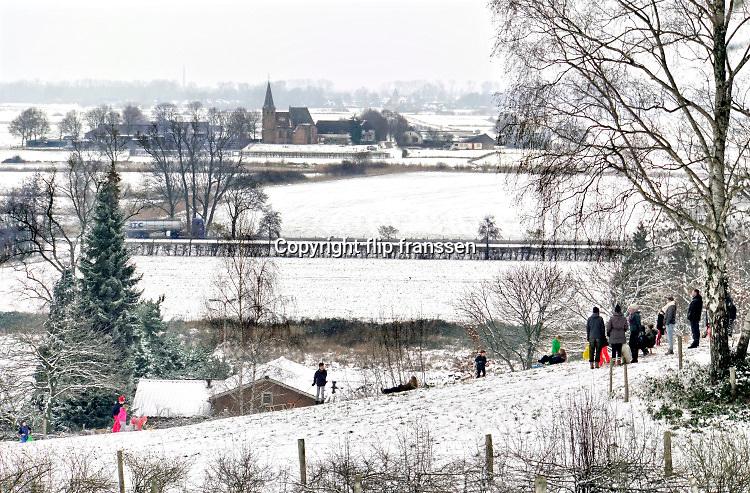 Nederland, Ubbergen, 23-1-2019 De eerste sneeuw van deze winter is gevallen. Kinderen spelen met hun slee op de Elysese velden . In de achtergrond de Ooijpolder en PersingenFoto: Flip Franssen