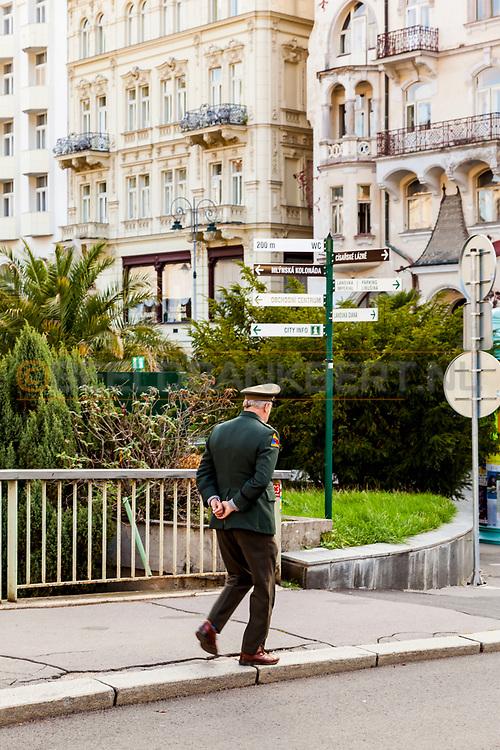 20-09-2015: Stadscentrum in Karlovy Vary (Karlsbad), Tsjechië. Foto: Hier en daar nog een (oud) uniform