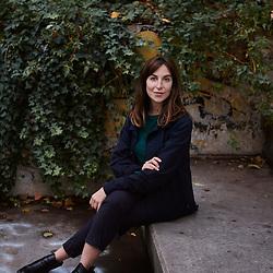 Lucile Boiron, prenant la pose dans la rue. Paris, France. 30 octobre 2019.