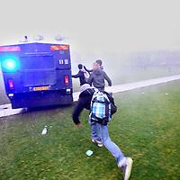 Nederland, Amsterdam , 21 december 2011..Amsterdam, 21 december 2011 – Het Landelijk Aktie Komitee (LAKS) heeft vanmiddag met groot succes een staking van 10.000 scholieren georganiseerd. De scholieren demonstreerden tegen de ophokuren die met het huidige wetsvoorstel onderwijstijd alleen maar zullen toenemen..Na afloop van de demonstratie werd de sfeer wat grimmiger..Foto:Jean-Pierre Jans