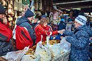 Największy w Zakopanem bazar regionalny pod Gubałówką - sprzedaż oscypkó∑.