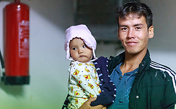 03.10.2015, Grenzübergang, Salzburg - Freilassing, GER, Flüchtlingskrise in der EU, im Bild ein Vater mit Kind // a father with child. Europe is dealing with its greatest influx of migrants and asylum seekers since World War II as immigrants fleeing war and poverty in the Middle East, Afghanistan and Africa try to reach Germany and other Western European countries, German - Austrian Border, Salzburg on 2015/10/03. EXPA Pictures © 2015, PhotoCredit: EXPA/ JFK