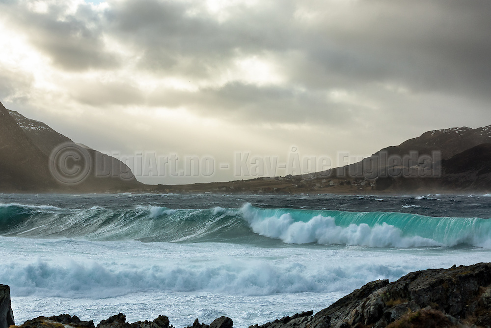 With strong winds comes large waves. West coast of Norway | Med sterk vind kommer de store bølgene. Bildet er tatt fra Runde mot Kvalsvik.