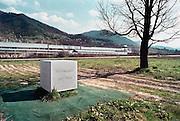 Bosnie, Potocari, 4-4-2002Een gedenksteen tegenover de vroegere basis van de nederlandse vn soldaten, dutchbat, wat hier gelegerd was om de enclave te beschermen.Na de inname van Srebrenica door de serven voltrok zich een massamoord op mannen. Later kwam hier de begraafplaats voor de mannen.Foto: Flip Franssen/Hollandse Hoogte