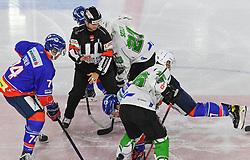 17.09.2021, Tiroler Wasserkraft Arena, Innsbruck, AUT, ICE, HC TWK Innsbruck Die Haie vs HK SZ Olimpija, Grunddurchgang, 1. Runde, im Bild v.l. Nico Feldner (HC TIWAG Innsbruck), Jaka Judge (HK SZ Olimpija Ljubljana), Ales Music (HK SZ Olimpija Ljubljana) // during the bet-at-home ICE Hockey League Basic round 1th round match between HC TWK Innsbruck Die Haie and HK SZ Olimpija at the Tiroler Wasserkraft Arena in Innsbruck, Austria on 2021/09/17. EXPA Pictures © 2021, PhotoCredit: EXPA/ Erich Spiess