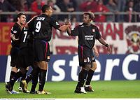 Carew / Govou / Reveillere - Olympiakos / Lyon - Champions League - 01.11.2005 - Foot Football - OL - largeur attitude joie de dos<br /> Foto: Digitalsport<br /> Norway only *** Local Caption *** 00011323