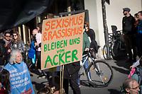 SCHWEIZ - BERN - Demonstration 'Essen ist politisch!' organisiert von 'Landwirtschaft mit Zukunft', hinter dieser Initative stehen über 30 Organisationen, welche zur Demonstration aufgerufen haben. Hier das Transparent 'Sexismus & Rassismus bleiben uns vom Acker' auf dem Kornhausplatz - 22. Februar 2020 © Raphael Hünerfauth - http://huenerfauth.ch