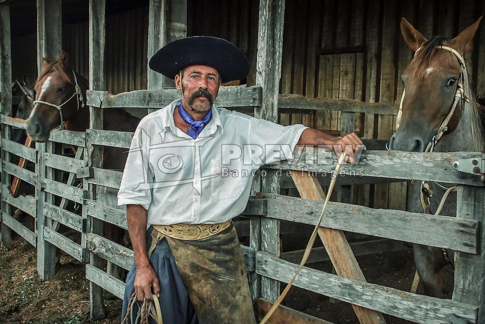 Gaúcho e seus cavalos na FECARS - Festa Campeira do Rio Grande do Sul, em Gravatai. Foto: Jefferson Bernardes / Agência Preview