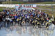 De Hollandse 100 op FlevOnice, een sportief evenement ter ondersteuning van onderzoek naar lymfeklierkanker. Een oer-Hollandse duatlon bestaande uit twee onderdelen: schaatsen en fietsen. <br /> <br /> The Dutch 100 on FlevOnice, a sporting event to support research into lymphoma. A traditional Dutch duathlon consisting of two components: skating and cycling.<br /> <br /> Op de foto:  Start