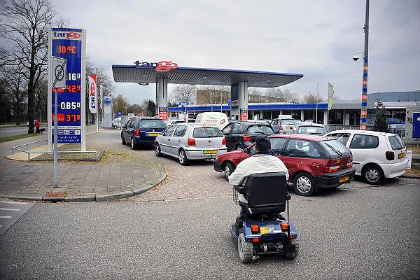 Nederland, Nijmegen, 11-4-2010De zelfbedieningsketen voor autobrandstof Tango had vandaag een reclame aktie, waarbij de benzine en diesel voor tientallen centen goedkoper getankt kon worden. Er vormden zich lange rijen auto's met koopjesjagers voor de benzinestations.De onbemande tankstations stonden 10 jaar geleden voor het eerst in Nijmegen en blijken een succesvolle formule..Foto: Flip Franssen/Hollandse Hoogte