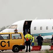 Luciano Pavarotti, aankomst Rotterdam Airport, manager wil dat de fotografen weggaan