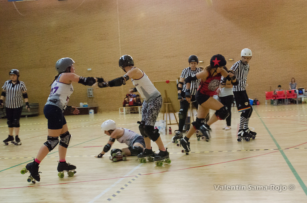 Madrid, Spain. 15th October, 2016. Jammer of Roller Derby Madrid, #333 Clara DesPistes, escaping from the players of The Rolling Candies.