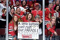 BILDET INNGÅR IKKE I FASTAVTALER<br /> <br /> Ishockey<br /> NHL<br /> Foto: imago/Digitalsport<br /> NORWAY ONLY<br /> <br /> 15 June 2015: Chicago Blackhawks fans celebrate in action during game Six of the Stanley Cup Finals between the Tampa Bay Lightning and the Chicago Blackhawks at the United Center, in Chicago, IL. NHL Eishockey Herren USA JUN 15 Stanley Cup Final - Game 6 - Lightning at Blackhawks