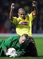 Fotball<br /> Foto: SBI/Digitalsport<br /> NORWAY ONLY<br /> <br /> Watford v Sunderland<br /> The Coca-Cola Football League Championship<br /> Vicarage Road.<br /> 19/10/2004<br /> <br /> Watfords Danny Webber colides with Sunderlands goal keeper Mart Poom