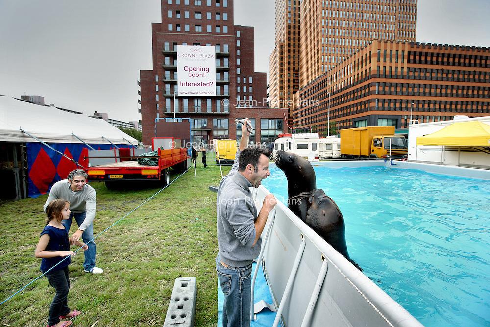 Nederland, Amsterdam , 12 augustus 2011..Sfeerbeeld achter de coulissen van Circus Renz bij de Zuidas..De Zweedse zeehonden trainer aan het werk met zijn dieren bij het waterbasssin..Foto:Jean-Pierre Jans
