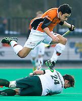 ROTTERDAM - HOCKEY -  OZ-speler Thomas Briels ontwijkt Floris Benschop van R'dam tijdens de hoofdklasse hockeywedstrijd tussen de mannen van Rotterdam en Oranje-Zwart (0-2). COPYRIGHT KOEN SUYK